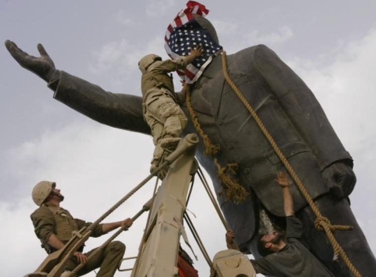 Saddam Hussain Statue.png